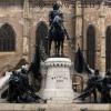 Plângere penală pentru amplasarea ilegală a unei plăcuţe în faţa statuii ecvestre a lui Matei Corvin