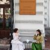 Prezență bizară la Muzeul Municipiului București: Două tinere în rochii de epocă s-au instalat în curtea instituției